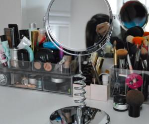 Não é make, mas é demais: Meu espelho novo para a bancada de maquiagens